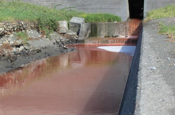 真っ赤な汚水(生活排水・産業排水)